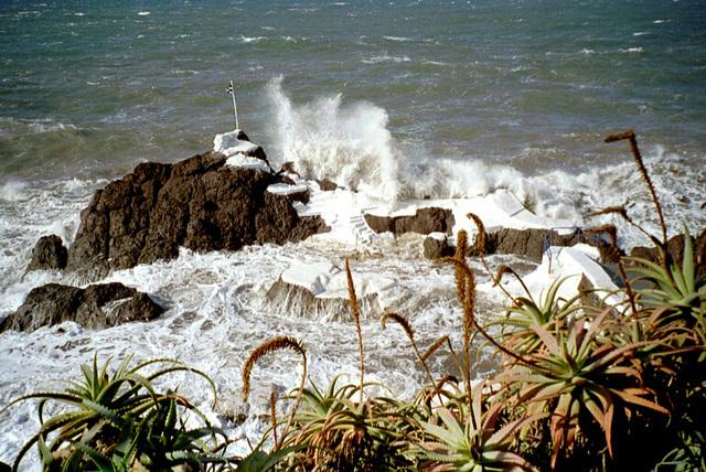 """Madeira. Lava-Meereswasser-Schwimmbecken... """"werden gefüllt"""".  ©UdoSm"""
