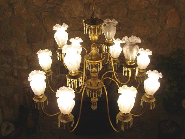 Econolodge. Mendon. Vermont - USA. Luxurious chandelier - Lustre de luxe.  26 juillet 2009