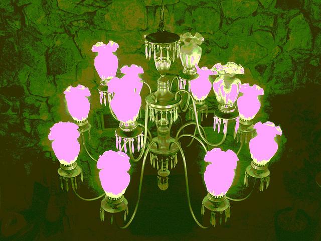 Econolodge. Mendon. Vermont - USA.  26 juillet 2009 -   Lustre de luxe - Luxurious chandelier -  Éclairage photofiltré.