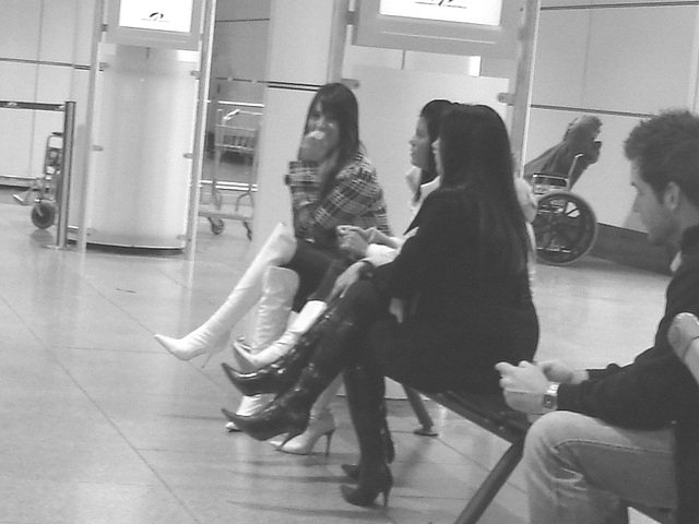 Quatuor sexy en bottes à talons aiguilles /  Hot quartet in stiletto heeled boots -  Aéroport de Montréal.  15-11-2008 - Oups ! Busted !  N & B
