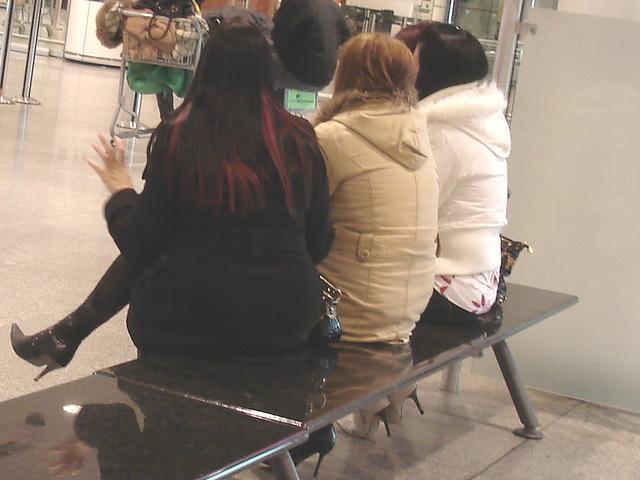 Quatuor sexy en bottes à talons aiguilles /  Hot quartet in stiletto heeled boots -  Aéroport de Montréal.  15-11-2008. - Mains sexy et talons aiguilles