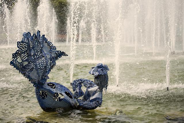 NICE: Parc Phoenix: Une statue dans la fontaine.