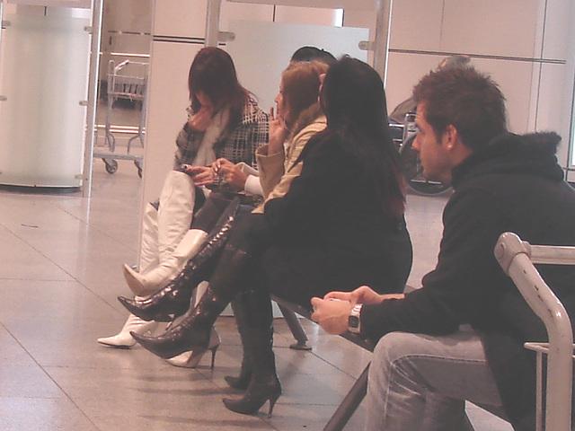 Quatuor sexy en bottes à talons aiguilles /  Hot quartet in stiletto heeled boots -  Aéroport de Montréal.  15-11-2008.  -  Impatience en talons aiguilles