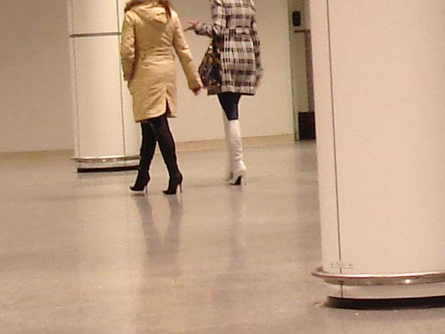 Quatuor sexy en bottes à talons aiguilles /  Hot quartet in stiletto heeled boots -  Aéroport de Montréal.  15-11-2008 - Hautement perchées et anonymes