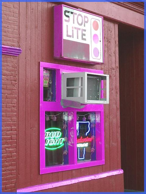 Rutland. Vermont USA - 25-07-2009 -  Stop lite bar.  Inversion RVB