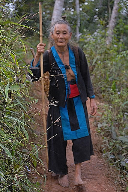 Encounting an Hmong hiker woman