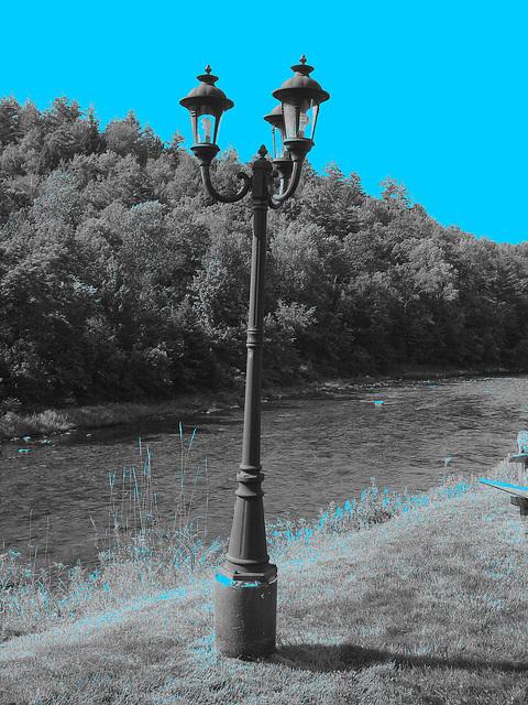 Peavine restaurant  -  Route 107. Vermont USA  - 25 juillet 2009- N & B avec ciel bleu photofiltré