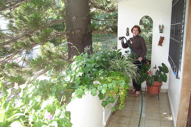 Mon amie / My friend Elisabeth - Arrosage de plantes - Plants watering.