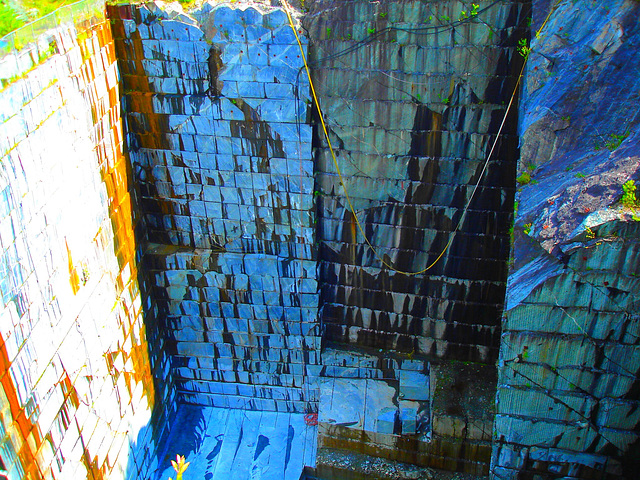 Carrière de marbre / Marble quarry -  Route 125.- Green Mountains. Vermont.  États-Unis / USA - 25-07-2009  -  Couleurs ravivées