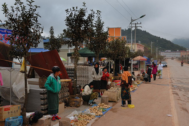 Market along the highway to the Chinese border