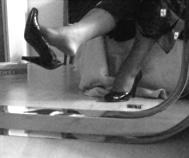 Mon amie chérie Krisontème avec permission - Nouveaux escarpins en cuir patent de 12 cm -  Dangle suprême.  - En noir et blanc.