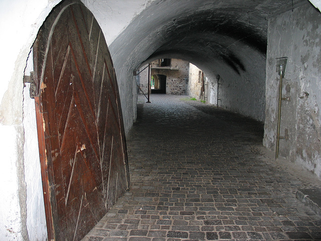 Hinterhofeingang im Laubengang von Neumarkt/Südtirol