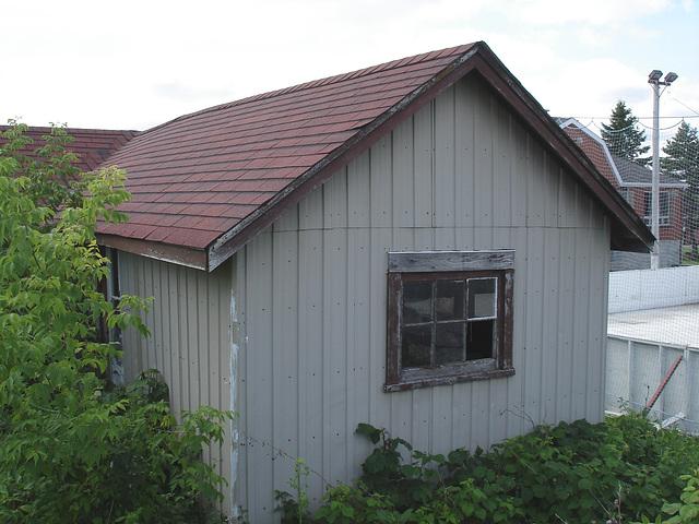 Cabane funéraire / Funeral shack  -  Près de chez-moi /  Nearby my hometown.  Juillet 2009