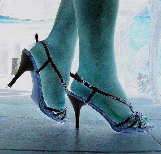 Mon amie adorée Christiane avec permission  - Nouvelles sandales à talons hauts / Brand new high-heeled sandals - Négatif