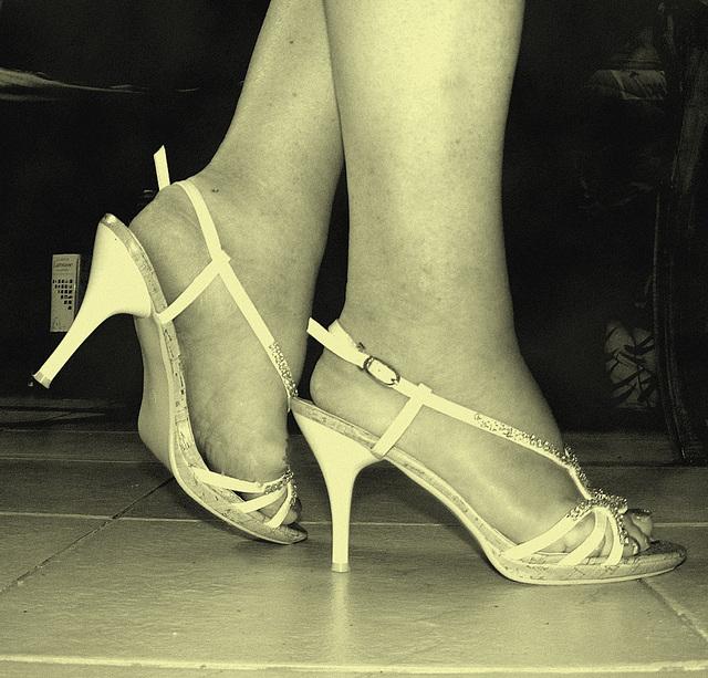 Mon amie adorée Krisontème avec permission  - Nouvelles sandales à talons hauts / Brand new high-heeled sandals - En photo ancienne. Vintage