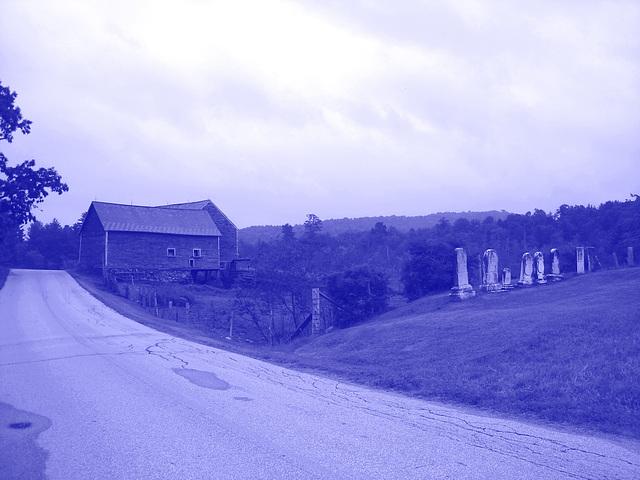 Lake Bomoseen private cemetery. Sur la 4 au tournant de la 30. Vermont, USA - États-Unis.  - Colorisée en bleu