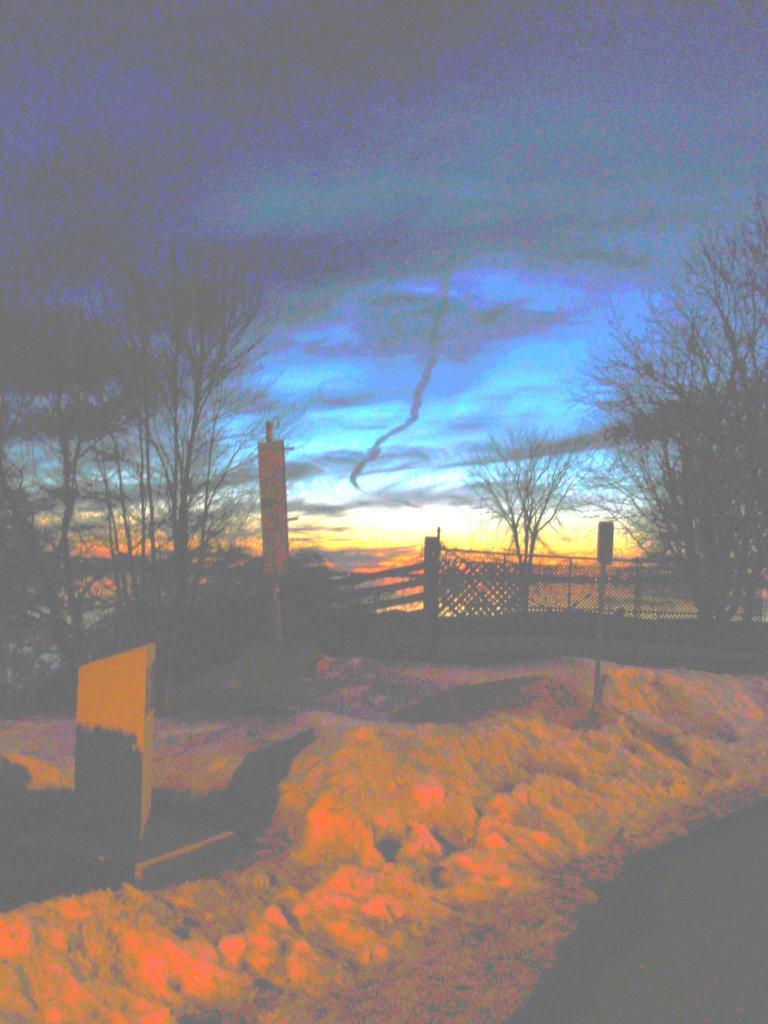 Coucher soleil au belvédère /  Viewpoint sunset  - Dans ma ville / Hometown -  2 mars 2010 - Fortement éclaircie avec couleurs ravivées