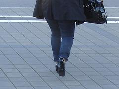 Jeune  cycliste suédoise en talons hauts / Young swedish high-heeled biker.