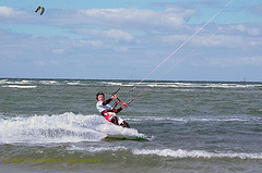 Heidkate-eug--kitesurfing-with-friends