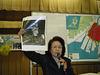 Mme Ikeda, victime de la bombre atomique, fait une conférence