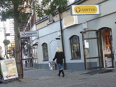 Guldfynd Swedish blond in jeans with low-heeled boots /  La Déesse blonde  Guldfynd en jeans et bottes à talons plats -  Ängelholm / Suède - Sweden.  23 octobre 2008