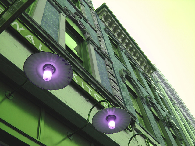 Lampadaires de façade et architecture envoûtante / Wall street lamps and enchanting architecture - Portland, Maine.  USA - 11 0ctobre 2008-  Inversion RVB