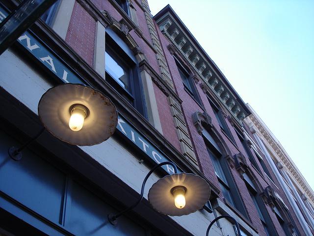 Lampadaires de façade et architecture envoûtante / Wall street lamps and enchanting architecture - Portland, Maine.  USA - 11 0ctobre 2008