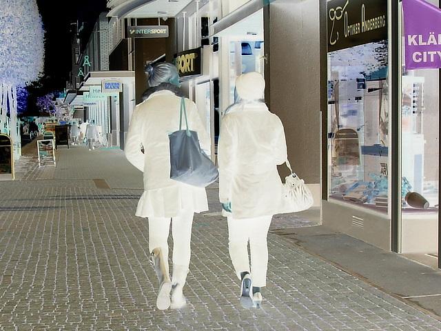 Expresso house Swedish duo - Flat boots and high heels /  Piétonnes suédoises - talons hauts et bottes à talons plats -   Ängelholm - 23-10-2008    Négatif