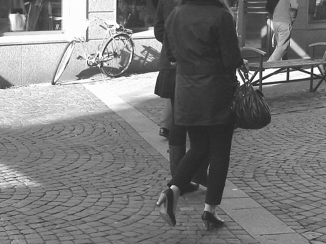 Expresso house Swedish duo - Flat boots and high heels /  Piétonnes suédoises - talons hauts et bottes à talons plats -   Ängelholm - 23-10-2008   - N & B