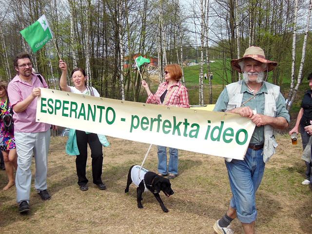 """Afiŝo, kun kiu esperantistoj partoprenis senvualigon de la monumento """"Kapo XXII"""""""
