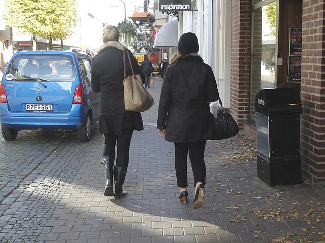 Expresso house Swedish duo - Flat boots and high heels /  Piétonnes suédoises - talons hauts et bottes à talons plats -   Ängelholm - 23-10-2008
