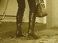 Choklad blond swedish Lady in red with sexy high-heeled boots / Blonde en rouge avec bottes de cuir à talons hauts- Vintage