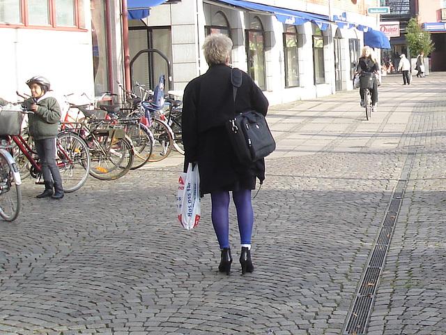 La Dame blonde Hoss Oss Fär en bottines sexy à talons hauts /  -  Hoss Oss Fär Swedish blonde mature in short high-heeled Boots