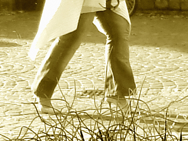 La Dame Hemlex en escarpins blancs / Hemtex Lady in white high heels shoes -  Ängelholm  /  Suède - Sweden.  23 octobre 2008 - Sepia
