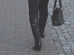 Choklad blond swedish Lady in red with sexy high-heeled boots / Blonde en rouge avec bottes de cuir à talons hauts.