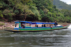 Passenger boat to meet halfway on the Nam Ou