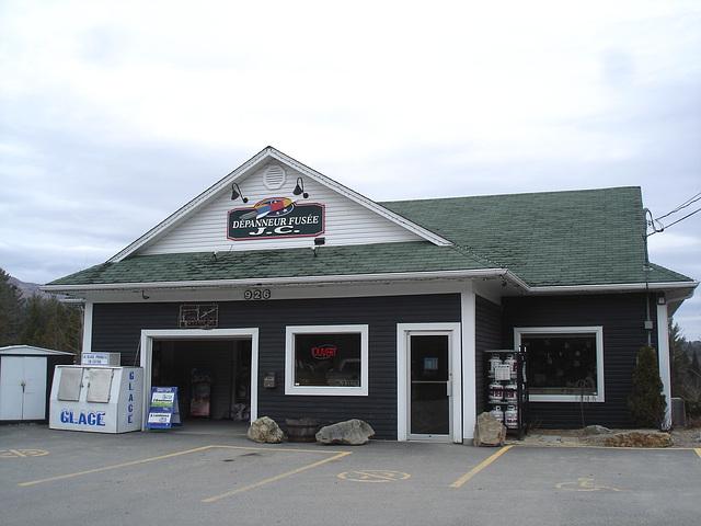 Dépanneur Fusée /  Rocket store -  South Bolton , Québec. CANADA.   28 mars 2010.