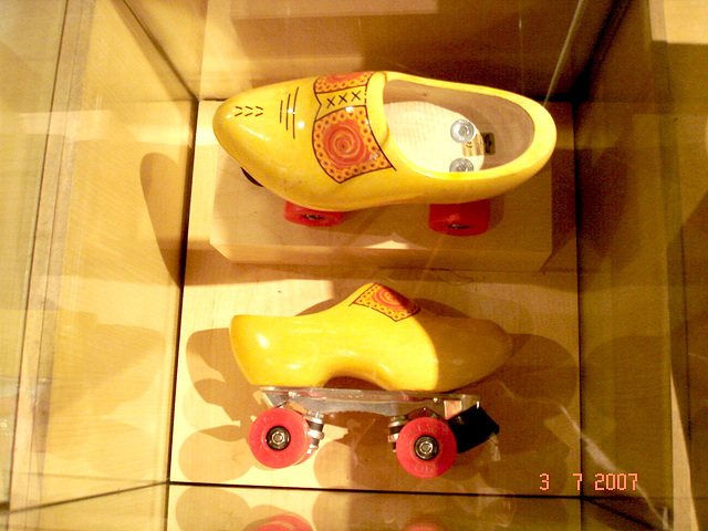 Sabots roulants /  Clogs on wheels -  Bata shoe museum  /  Toronto - CANADA .  3 juillet 2007