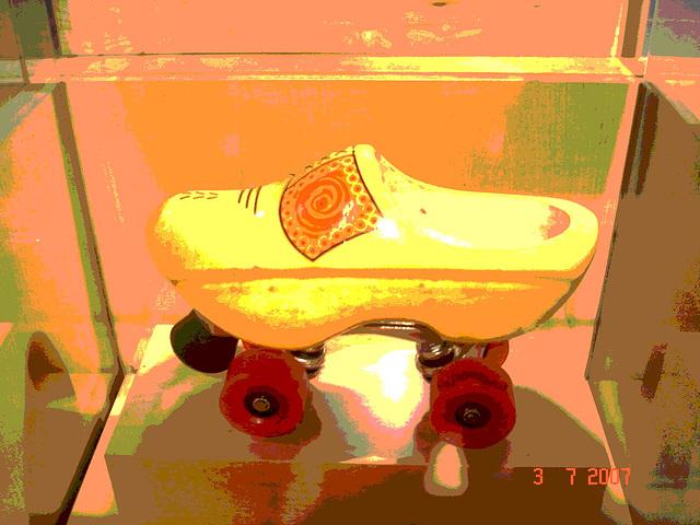 Sabots roulants /  Clogs on wheels -  Bata shoe museum  /  Toronto - CANADA .  3 juillet 2007 - Version postérisée