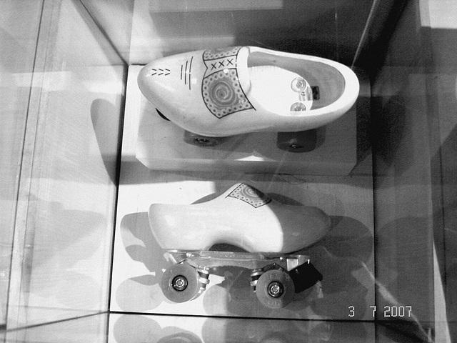 Sabots roulants /  Clogs on wheels -  Bata shoe museum  /  Toronto - CANADA .  3 juillet 2007-  Noir et blanc