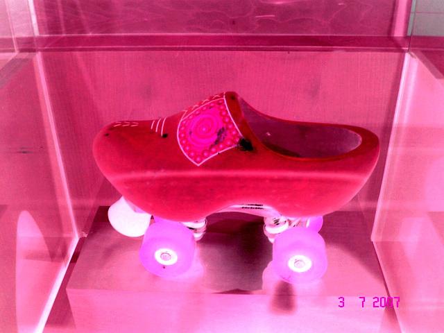 Sabots roulants /  Clogs on wheels -  Bata shoe museum  /  Toronto - CANADA .  3 juillet 2007 - Négatif RVB