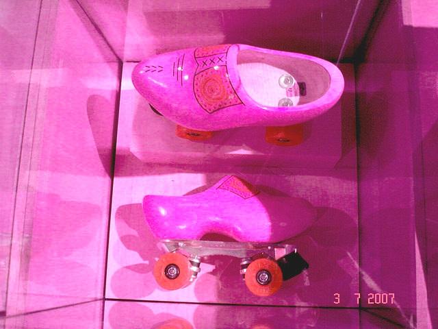 Sabots roulants /  Clogs on wheels -  Bata shoe museum  /  Toronto - CANADA .  3 juillet 2007-  Inversion RVB