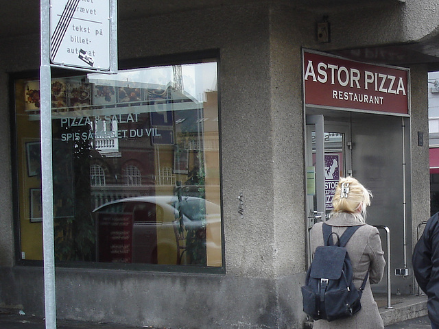 Astor pizza widow reflection /  Reflet Astorien de pizza -  Copenhague / Copenhagen - 20-10-2008 - Astor danish  blond Lady  /  Blonde astorienne