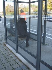 Bus shelter Lady in hidden hammer heeled boots and jeans /  Abribus et bottes de cuir à talons marteaux