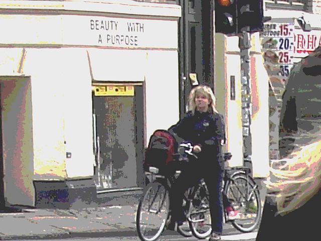 Beauty with a purpose blurry blonde biker /  Beauté avec un but de blonde danoise en vélo - Copenhague / Copenhagen.  20-10-2008 -  Postérisation