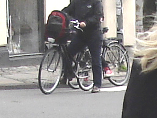 Beauty with a purpose blurry blonde biker /  Beauté avec un but de blonde danoise en vélo - Copenhague / Copenhagen.  20-10-2008