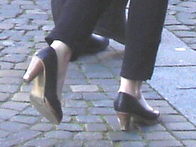 Expresso house Swedish duo - Flat boots and high heels /  Piétonnes suédoises - talons hauts et bottes à talons plats -   Ängelholm - 23-10-2008-  Ultra éclaircie