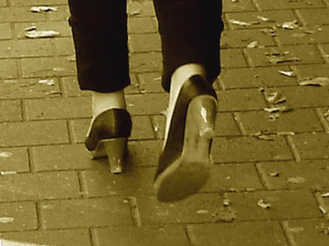 Expresso house Swedish duo - Flat boots and high heels /  Piétonnes suédoises - talons hauts et bottes à talons plats -   Ängelholm - 23-10-2008- Sepia