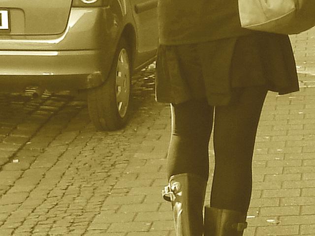 Expresso house Swedish duo - Flat boots and high heels /  Piétonnes suédoises - talons hauts et bottes à talons plats -   Ängelholm - 23-10-2008 - Sepia