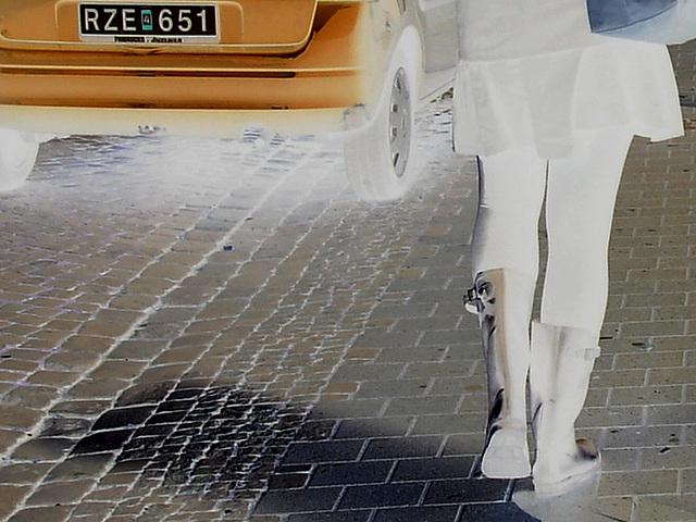 Expresso house Swedish duo - Flat boots and high heels /  Piétonnes suédoises - talons hauts et bottes à talons plats -   Ängelholm - 23-10-2008 -  Négatif